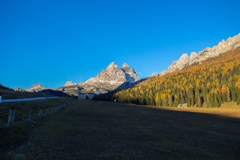 Tre Cime三Peaks di从Misurina村庄看见的Lavaredo在秋天时间的,白云岩 意大利 免版税库存图片