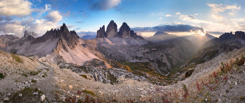 Tre Cime在日落的di Lavaredo,白云岩,意大利 免版税库存照片
