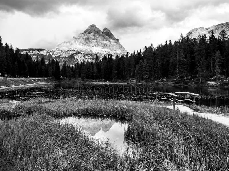 Tre Cime di Lavaredo Гора отразило в озере od Antorno воды, доломитах, Италии стоковые фотографии rf