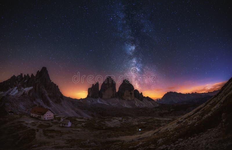 Tre Cime di Lavaredo na noite nas dolomites em Itália, Europa imagem de stock