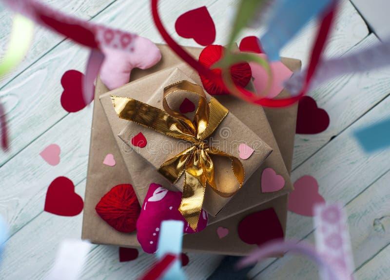Tre contenitori di regalo, cuori variopinti e nastri fotografia stock libera da diritti