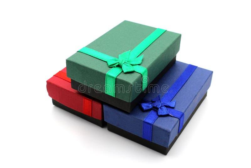 Tre contenitori di regalo isolati su fondo bianco immagini stock libere da diritti