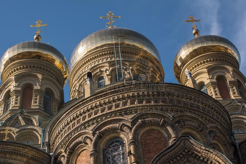 Tre cupole della cattedrale navale sopra chiaro cielo blu fotografia stock
