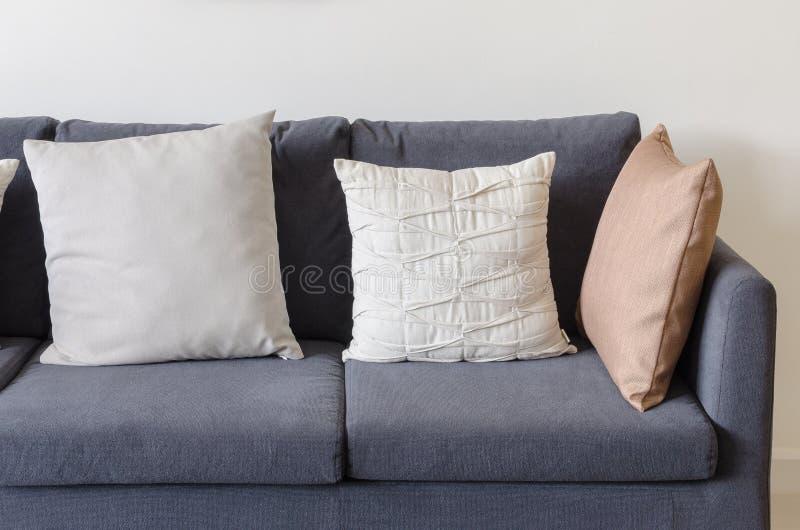 Download Tre Dei Cuscini Sul Sofà Blu Scuro Immagine Stock - Immagine di salotto, decorazione: 55362379