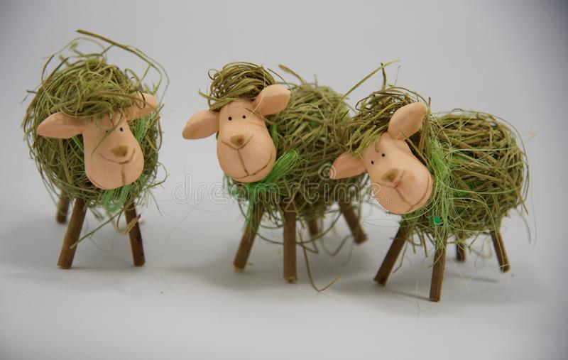 Tre dekorativa sugrörsheeps för påsk royaltyfri foto