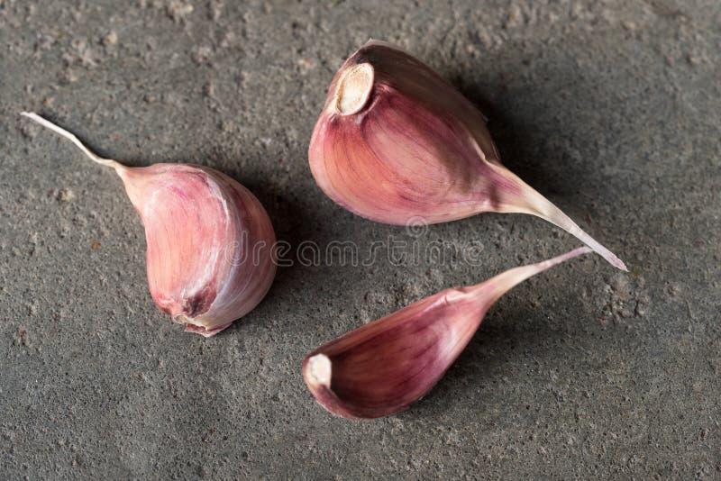 Tre diversi chiodi di garofano di aglio porpora fotografie stock libere da diritti