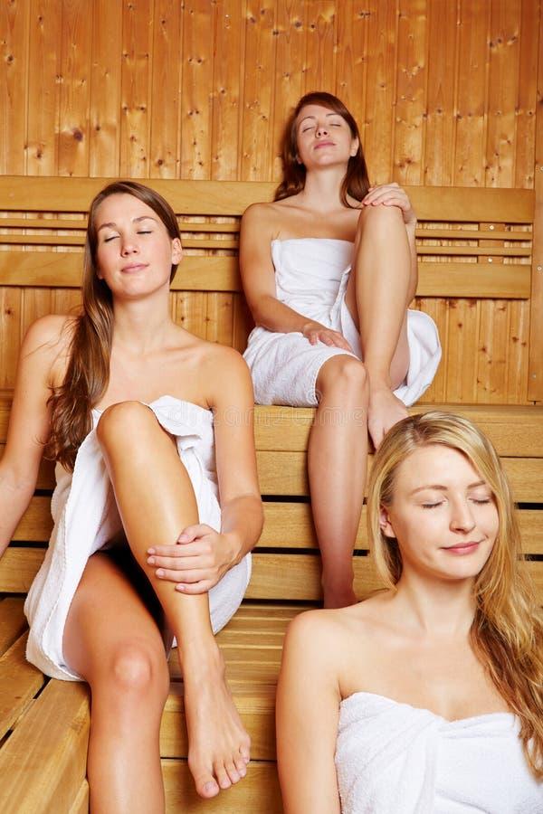 Tre donne che godono della sauna fotografia stock - Donne che vanno in bagno a cagare ...