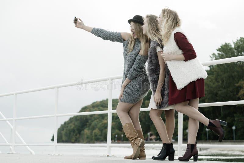 Tre donne che prendono selfie all'aperto immagini stock libere da diritti