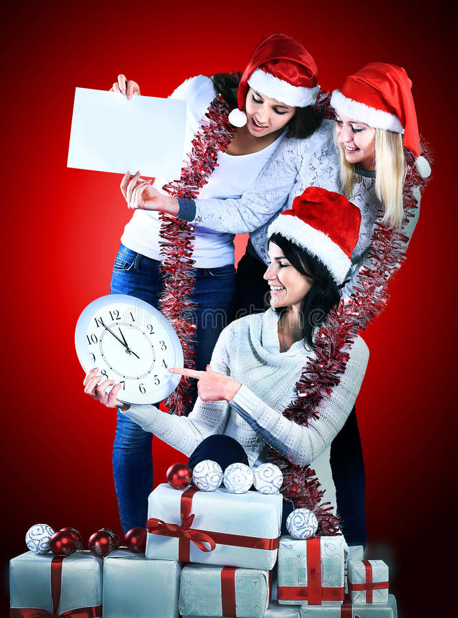 Tre donne in costume di Santa Claus con la compera di Natale fotografie stock libere da diritti