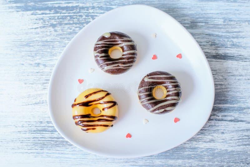 Tre Donuts på den dekorerade plattan royaltyfri bild