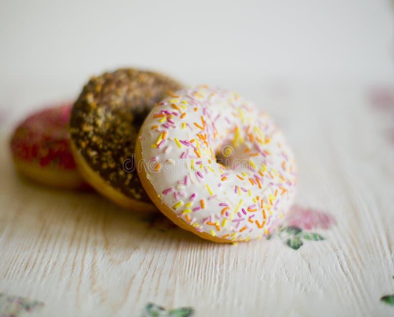 Tre donuts på en bakgrund i stilen av en sjaskig stil arkivfoto