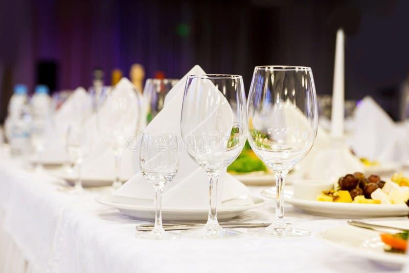 Tre exponeringsglas på en festlig tabell Tjäna som på partiet royaltyfri foto