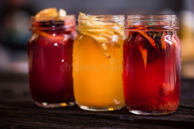 Tre exponeringsglaskrus med läckra varma vinterdrycker tätt fotografering för bildbyråer