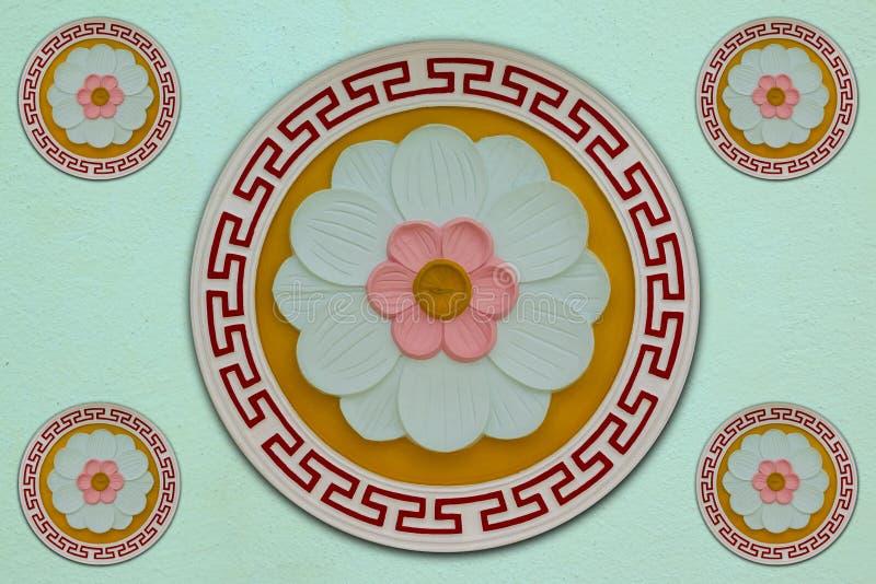 Tre-färg blomma som snider mortel på orange bakgrund och ett ljust - grön bakgrund som smyckas med sakrala ställen royaltyfri bild