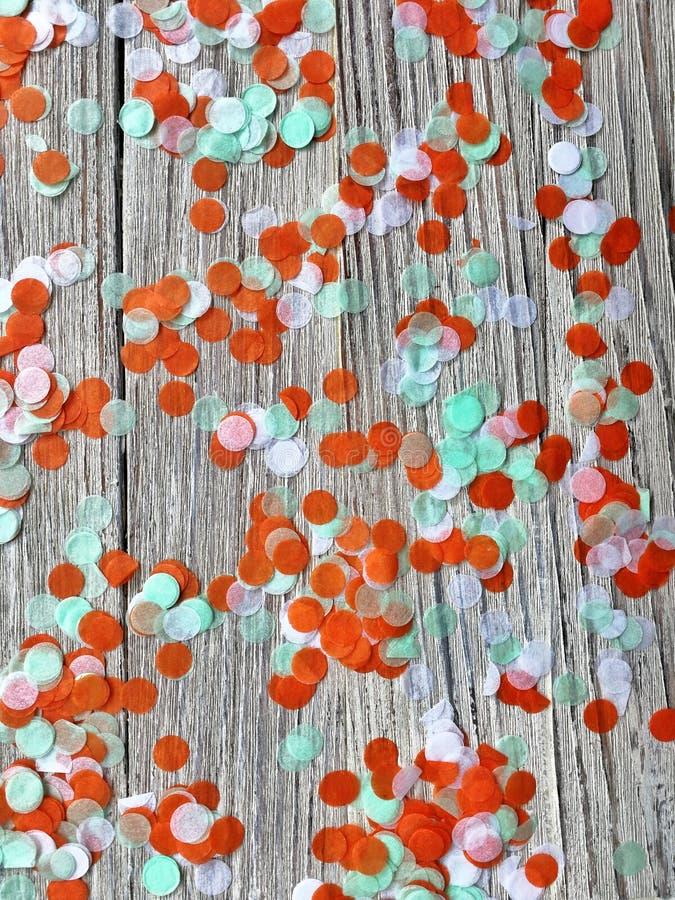 Tre-färg papperskonfettier på en vit träbakgrund Irländskt, Indien och Cinu, självständighetsdagenbegrepp patriotism och frihet, royaltyfria bilder