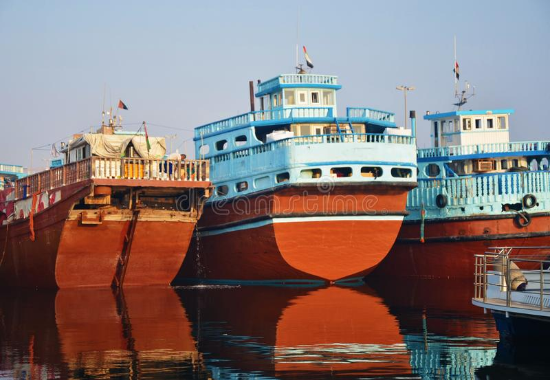 Tre färgrika fartyg i vattnet royaltyfri foto