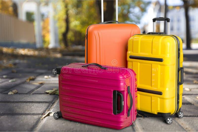 Tre färgrika resväskor, loppbegrepp royaltyfri foto