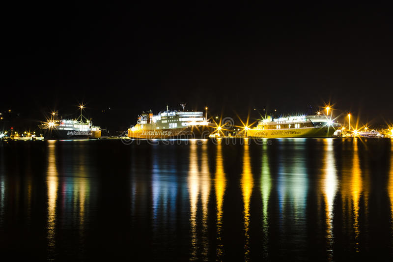 Tre färjor på natten royaltyfria foton
