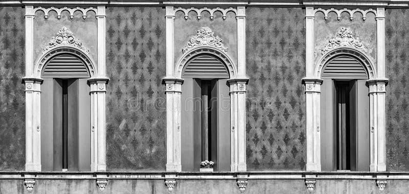 Tre fönster i Venetian gotisk stil fotografering för bildbyråer