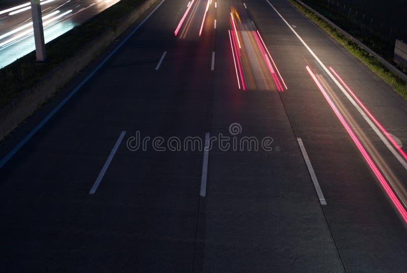 Tre fanali posteriori rossi sull'autostrada senza pedaggio fotografia stock