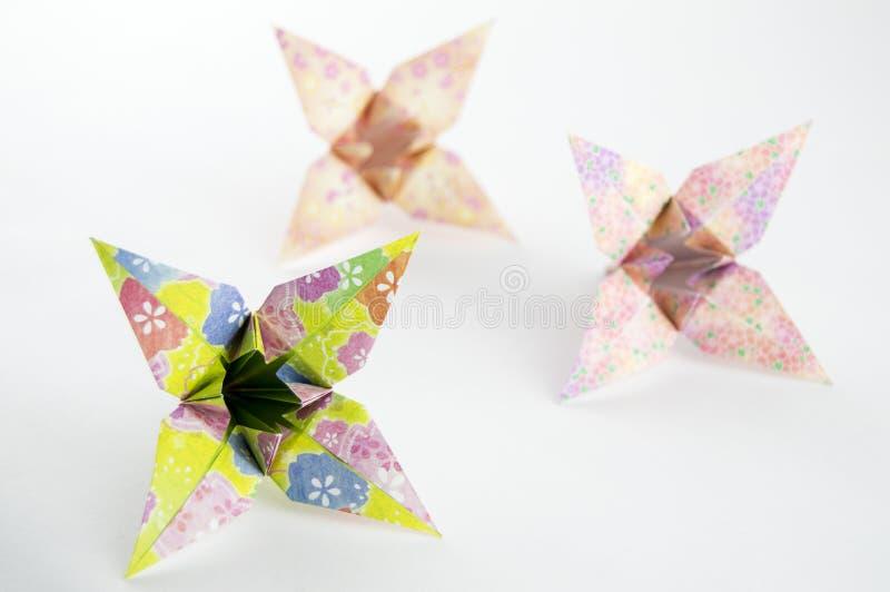 Tre fiori di origami su fondo bianco immagini stock