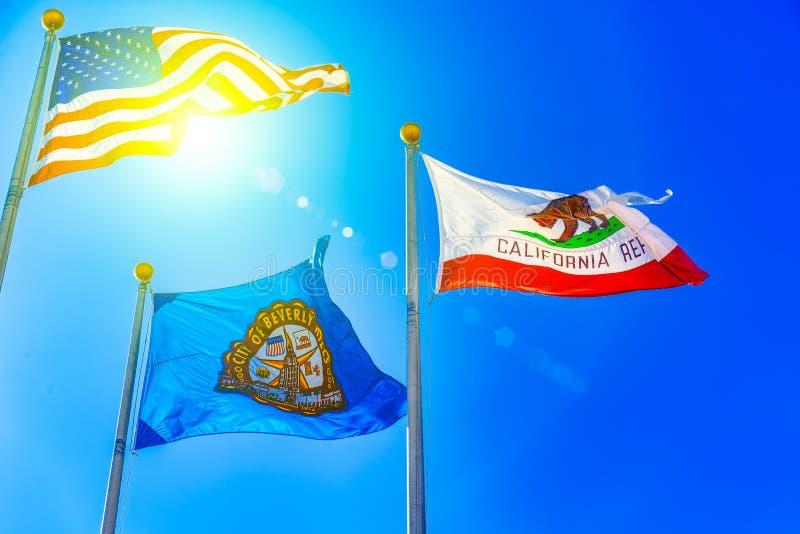 Tre flaggor som är främsta av Beverly Hills City Hall Los Angelos, Kalifornien arkivbild