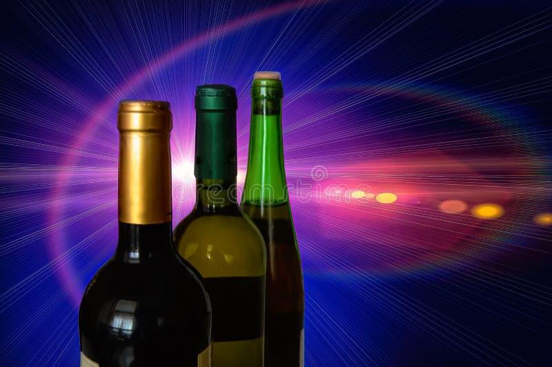 Tre flaskor av vit och rött vin på en färgbakgrund royaltyfri fotografi