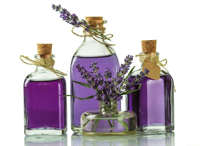 Tre flaskor med doftande tinktur av lavendel och nytt ris som isoleras på vit bakgrund arkivfoto