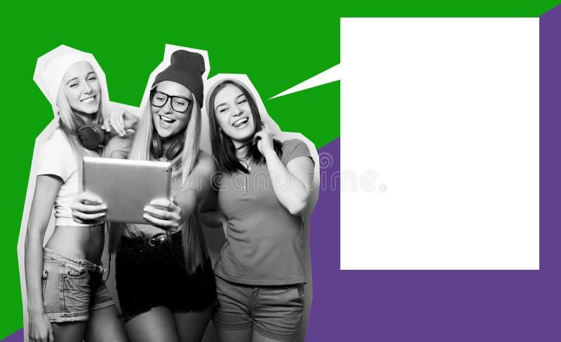 Tre flickavänner som tar selfie med den digitala minnestavlan, konstcollage, tidskriftstil royaltyfri foto