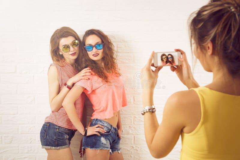 Tre flickor för gatastilHipster som tar bilder arkivbilder