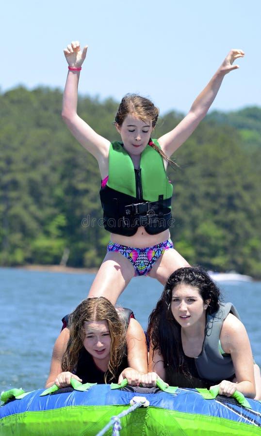 Tre flickor på ett rör royaltyfri fotografi