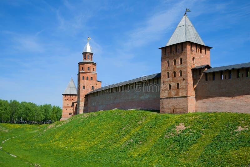 Tre forntida torn av den Novgorod Kreml på en solig Maj dag novgorod veliky russia arkivbild