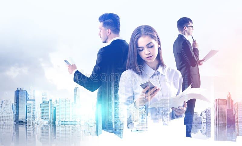 Tre fundersamma chefer teamwork och samarbete royaltyfri bild