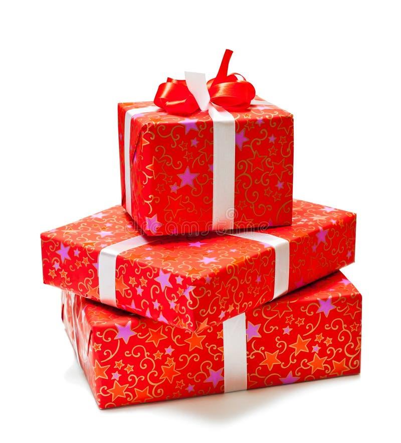 Tre gåvor i rött emballage på vitbakgrund royaltyfria foton