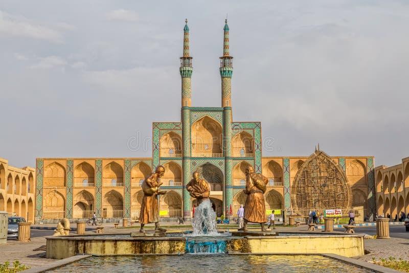 Tre gamla handelsresandestatyer i Yazd royaltyfria bilder