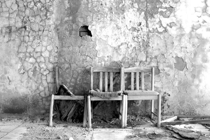 Tre gamla stolar i den döda staden Prypyat arkivfoton