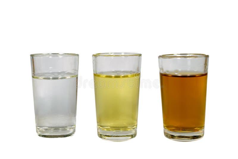 Tre generi di bevanda alcolica in vetri di colpo, colori differenti immagini stock