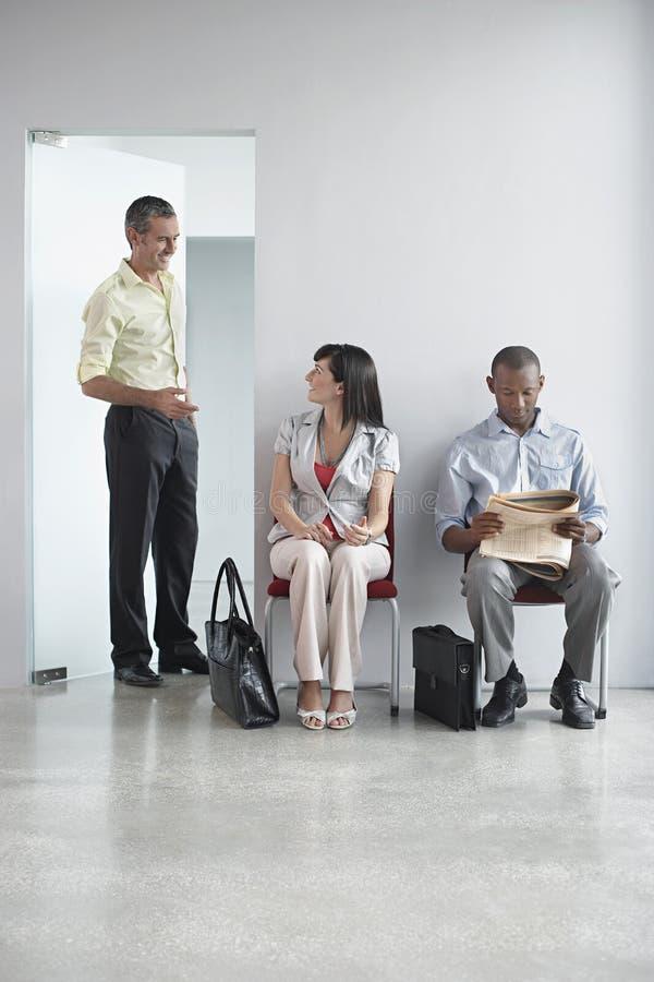 Tre genti multietniche in corridoio dell'ufficio fotografia stock libera da diritti