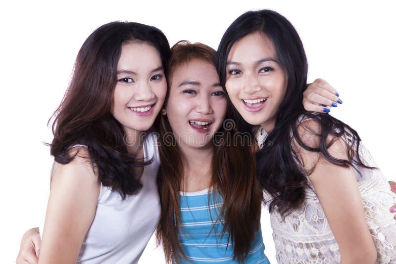 Tre gladlynta ung flickavänner arkivbilder