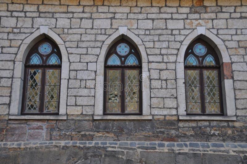 Tre gotiska kyrkliga fönster arkivbilder