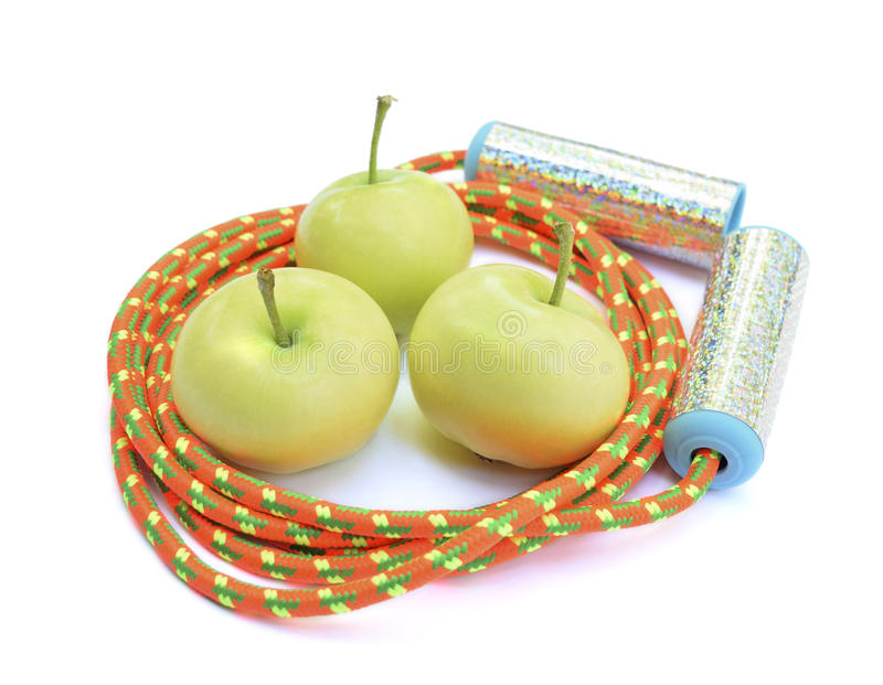 Tre gröna äpplen och ett ljust rep arkivbilder
