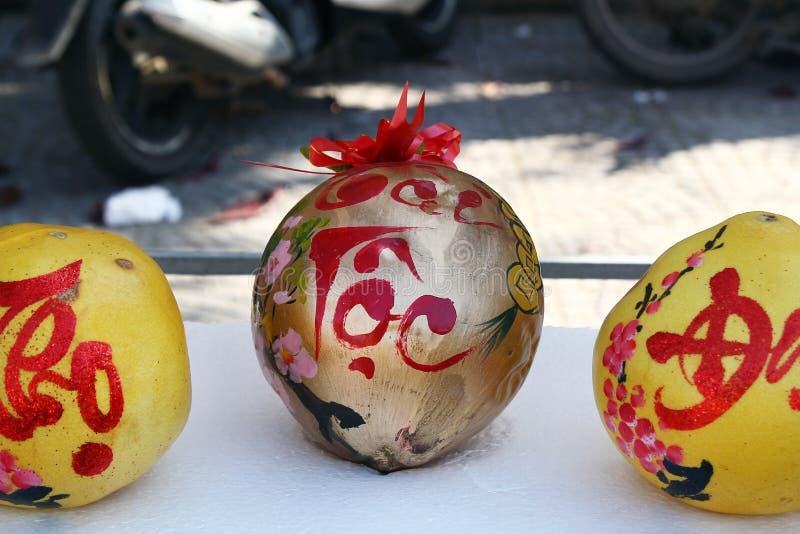 Tre grapefrukter som dekoreras för beröm av det vietnamesiska nya året på en marknad i Hoi An, Vietnam arkivfoto