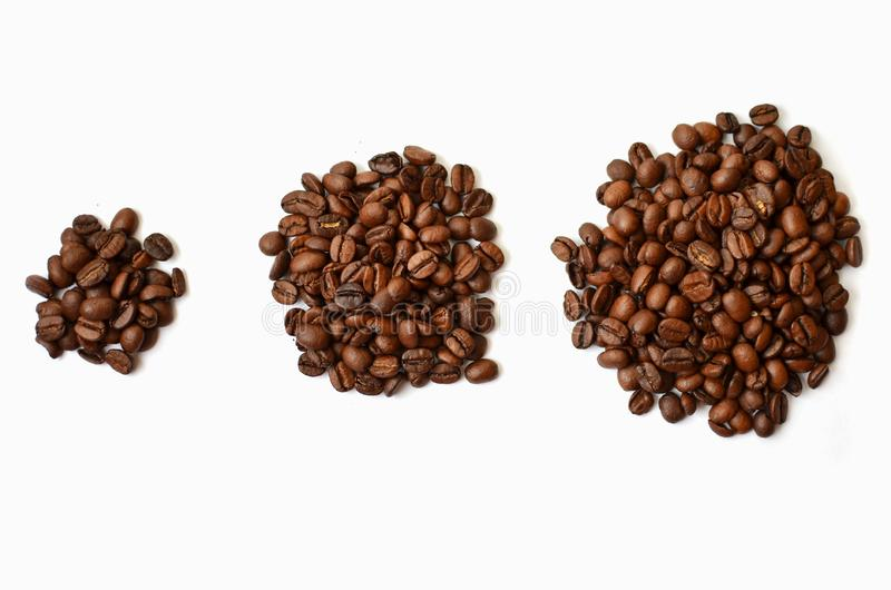 Tre grupp av Roasted kaffebönor på vit bakgrund arkivfoto