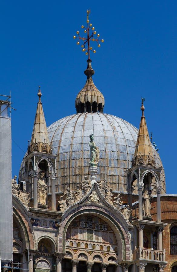 Tre guglie e una cupola sulla cattedrale del ` s di St Mark immagine stock