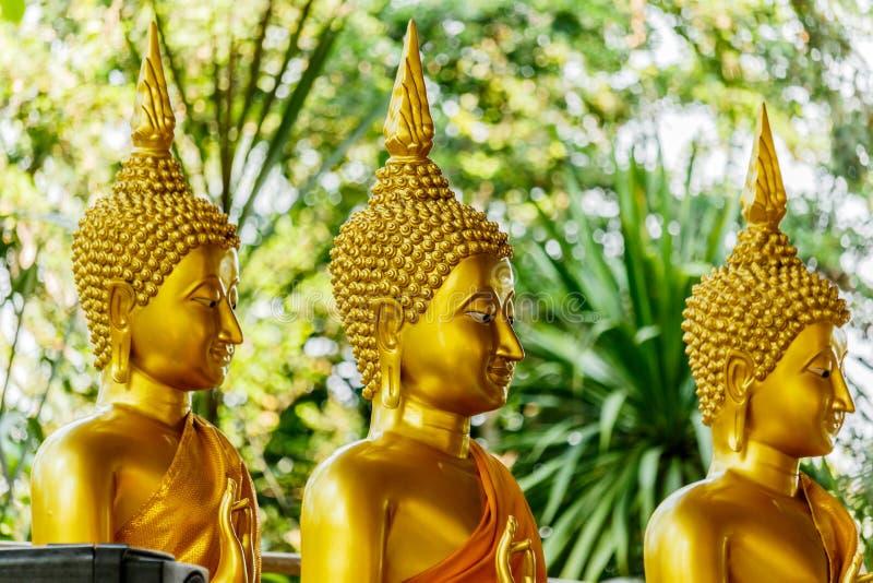 Tre guld- statyer för stor Buddha på templet Thailand fotografering för bildbyråer