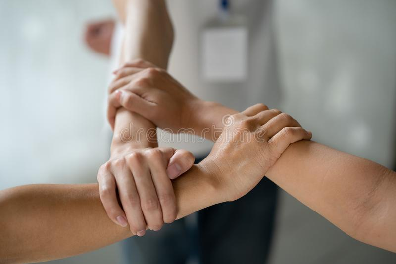 Tre händer var ett samarbetsbegrepp arkivfoto