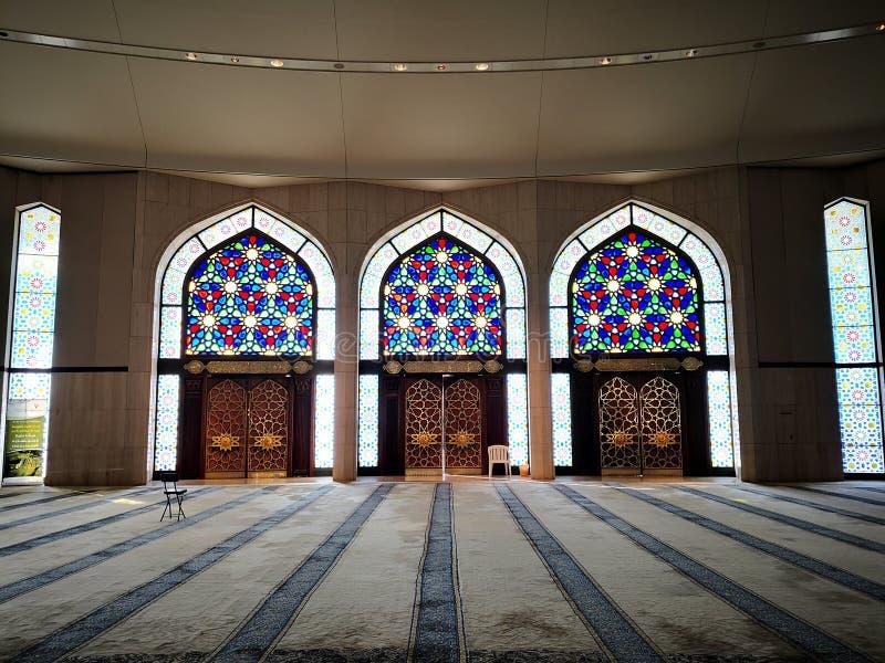 Tre härliga färgrika portar i mousqen på Dammam den internationella flygplatsen arkivfoto