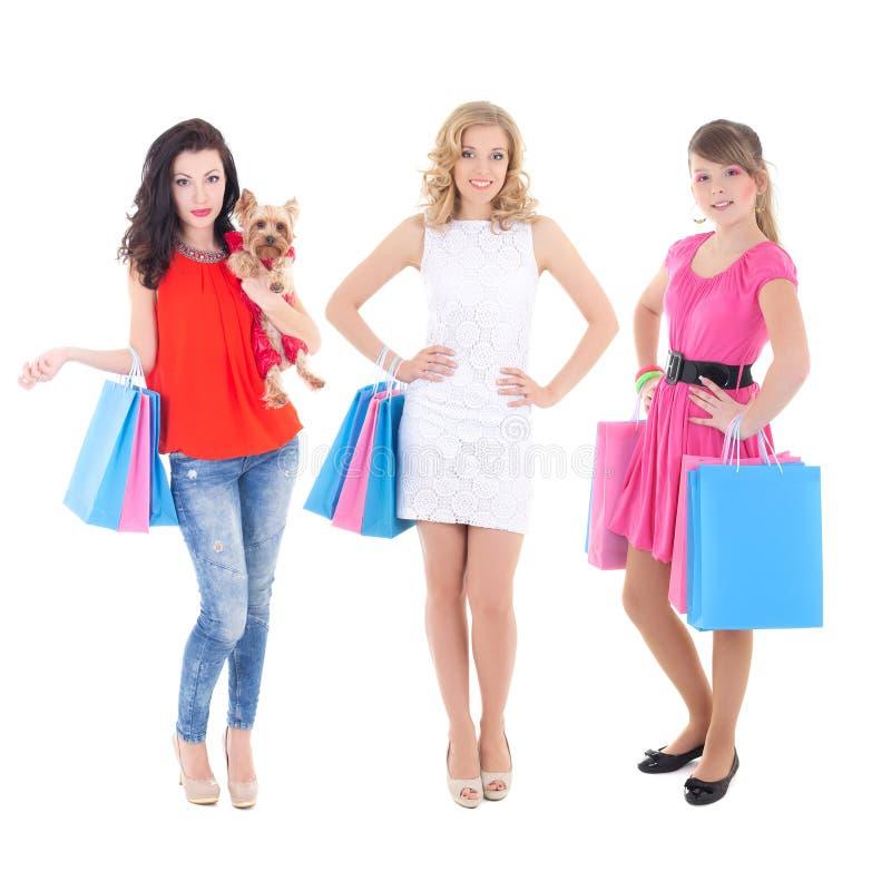 Tre härliga flickor med shoppingpåsar som isoleras på vit royaltyfria foton