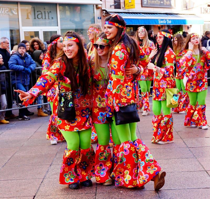 Tre härliga flickor som poserar i karnevalet, ståtar i Kroatien, i Fiume, på Februari 2018 royaltyfria foton