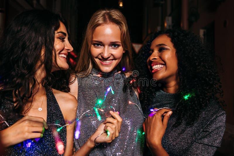 Tre härliga kvinnor som firar nytt år arkivbild